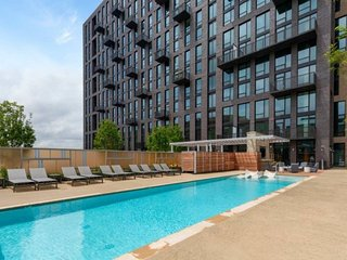 2 Bed Luxury Stay with Balcony View In Reston Town Center IAD/Metro