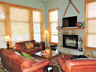 Woodland home w/ deck & fireplace - near all the action of Camelback Mountain!