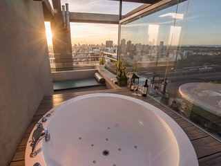 Designer Penthouse, Pool, Stunning City Views, Private Jacuzzi BBQ Deck