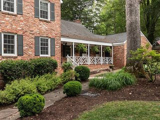 Luxury Colonial Historic Home, Your Dogs Welcome!