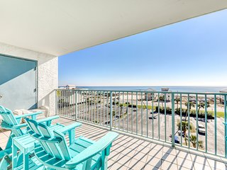 Comfortable Gulf view condo w/ beach access & shared pools/hot tub/pier!