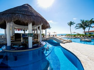 New Listing Discount! Oceanfront, Pool Bar, Close to Shops & Restaurants! WiFi