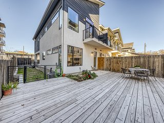 Dog-friendly, two story condo w/deck and outdoor dining area -near downtown