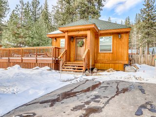 Beautiful cabin home with private hot tub & gas fireplace - dog friendly!