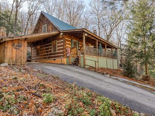 Secluded cabin close to ski, golf and tennis w/covered balcony