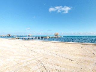 Family-friendly beachfront condo w/ shared pool, dock, and beach access!