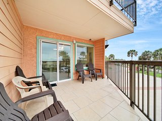 Cute condo w/ shared pool and amazing views- short walk to beach