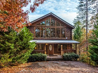 Beautiful cabin close to downtown w/ private hot tub, mountain views & theater!