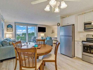 Newly Remodeled Beach Studio, Steps to the Gulf! Great Pool View! Free Parking,