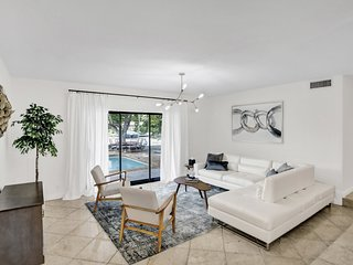 Roomy Intracoastal Pool Home-Great Location