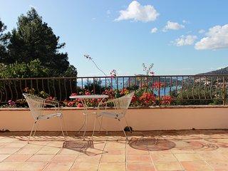 Pretty Provencal villa overlooking the sea on the Cote d'Azur