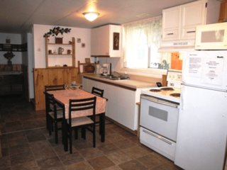 'THE BURROW'- 2 Bed Cottage with Hot Tub, BBQ, Wifi... Avail. Weekly or Monthly