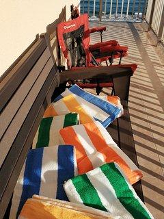 Toallas y sillas para la playa y la piscina