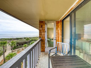 Waterfront condo w/ shared tennis courts, on-site golf & beach access