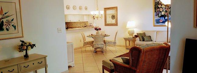Tavolo da pranzo in soggiorno con vista sulla cucina