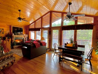 Perfect Location, Cozy, Year Round Pool, Next to Dollywood!