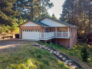 Beautifully-decorated home w/ new appliances - close to shopping & the redwoods