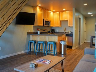 Gorgeous loft-style getaway w/ views of Redwood Mountain off the balcony!