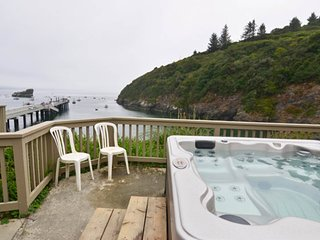 Cozy home w/incredible ocean and beach views & private hot tub on private deck!