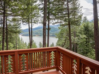 Secluded, dog-friendly cabin in the foothills of the Trinity Alps w/ lake views!