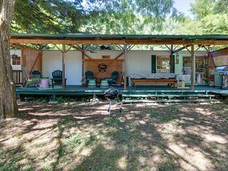 Charming Willow Creek getaway near the Trinity River w/ a private deck