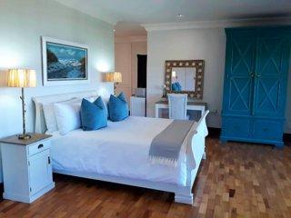 Luxury 'Ocean Suite' - huge room, amazing Seaviews from bed, semi self catering