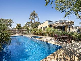 Holiday Shacks - Sea La Vie - Mount Martha Retreat with a pool Holiday Shacks -