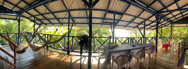 Amplio espacio social con hamacas (hasta 6) y vista al mar