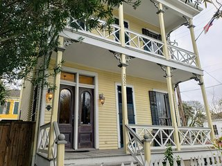 Historic Victorian Home - Centrally located between Seawall and the Strand