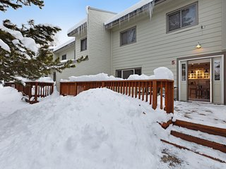Cozy & comfortable mountain condo w/private grill, washer/dryer & fireplace