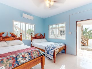 Studio in gated property, secluded, & quiet w/free wifi, tv - breakfast included