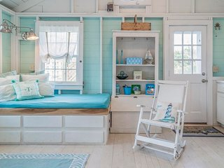 Colorful clapboard cottage perfect for 2!