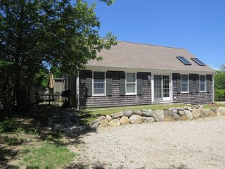 Wonderful cottage located in the heart of downtown Chatham......steps to everyth
