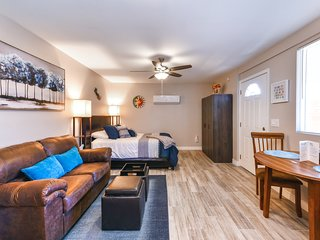 Dog friendly Tucson studio w/ free WiFi, close to golf and U of A!