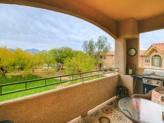 Dog friendly Condo close to hiking w/ shared pool, hot tub, fitness room