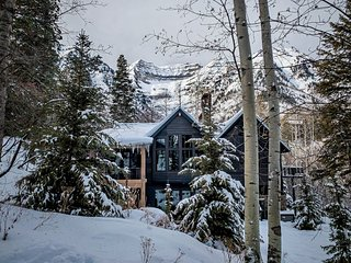 Luxury Treetop Chalet- Steps to the Slopes, Fireplaces, Walk to Sundance