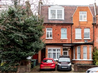 Beautiful, Modern 3 Bedroom Flat-Centrally Located, holiday rental in Willesden