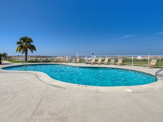 Comfortable, Gulf-view condo w/shared pools, hot tubs, tennis court