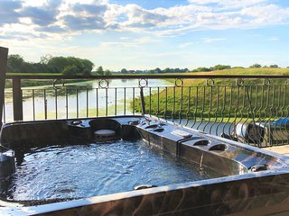 Waterside Escapes - Riverside Apartment with private hot tub in Lincolnshire