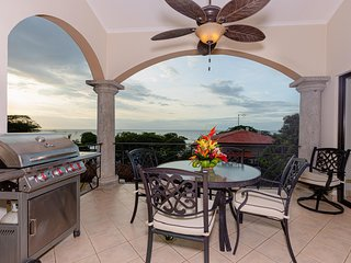 Ocean View 3 BR penthouse condo, steps from Tamarindo Beach! (SR48)