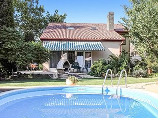 Stunning home in Balatonszarszo w/ Outdoor swimming pool and 4 Bedrooms (UBS81