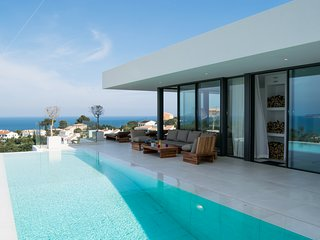 Villa with spectacular sea views. Infinity pool and spa above the sea. Lift.Wifi