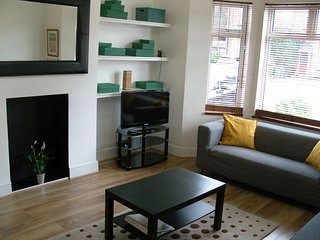 MODERN | EAST LONDON FLAT | NEAR STATION | PARKING