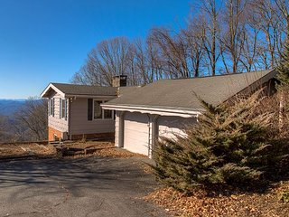 Iconic 3 bedroom 3 bath Blowing Rock Cottage with a VIEW!