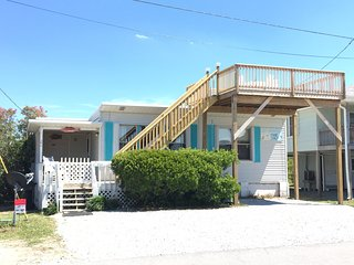 Old style beach cottage in the heart of Topsail Beach, pet friendly!