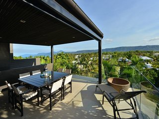 Hapuka - 4 Bedroom Villa in Town with Ocean Views
