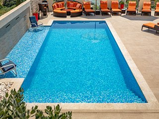 Ringway w. Outdoor & Indoor Pool in Mellieha:/BBQ/Air Condition, 5 mins to beach
