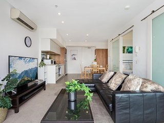 Cosy 2-Bed Apartment with Gym, BBQ and Pool