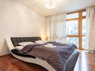 Three bedroom apartment with balconies and garage near metro by easyBNB