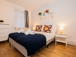 New Modern 3 bedroom 2 bath Apartment in Clapham North-FREE Parking